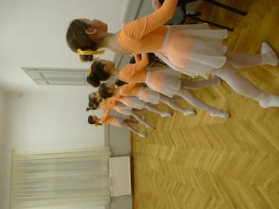 A herceg-kisasszonyok fegyelmezetten gyakorolnak