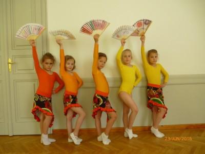 Az iskolás csoport, mint SPANYOL TÁNCOSOK