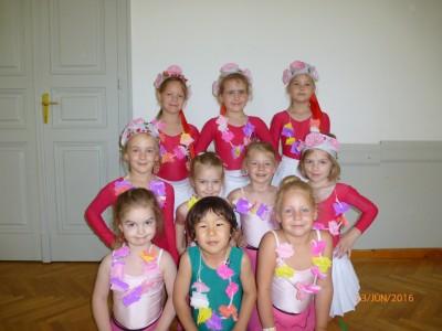 A lengyel táncunkhoz pártát készítettünk,szalaggal